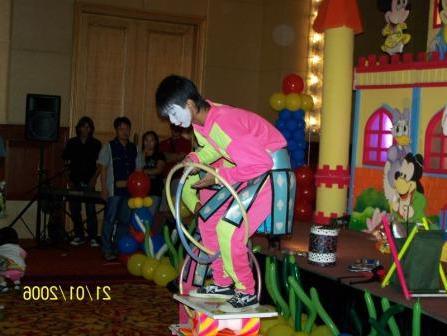 Badut ulang tahun akrobat lucu